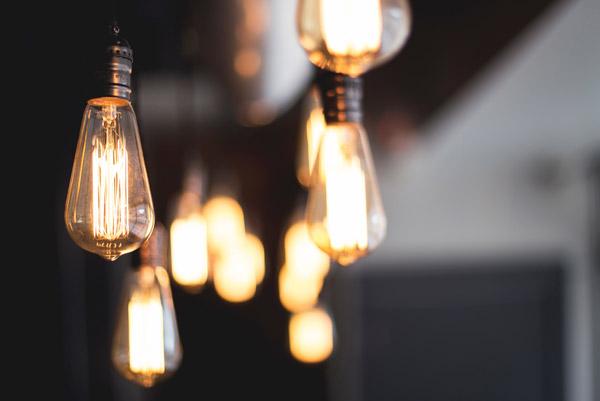 シーン別に選ぶ オフィス・店舗空間を彩る照明器具