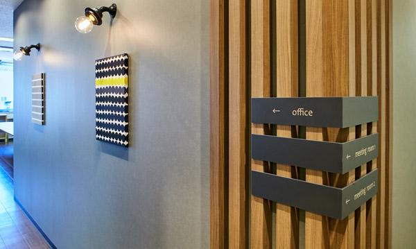 空間のコンセプトを視覚化するサインデザイン