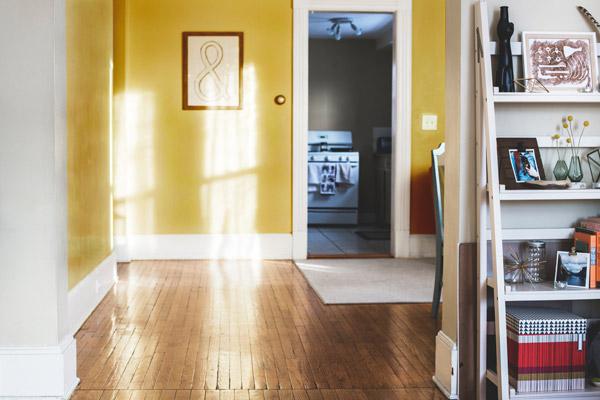 窓のない空間には色と照明の力を借りる